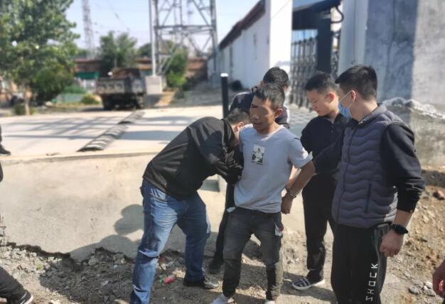 淄博一超市旁发生持刀抢劫案!受害人被捅10余刀!警方设伏缉凶